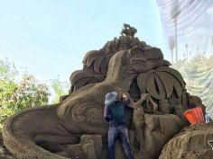 모래로 공룡을 만들었습니다.